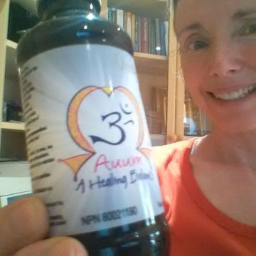 Cheryl Millett showing a bottle of AUUM Omegas
